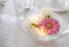 Bougies et fleurs de flottement Photographie stock libre de droits