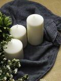 Bougies et fleurs sur la table image libre de droits