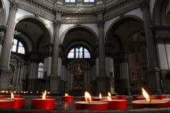 Bougies et intérieur rouges d'église, Venise, Italie Images libres de droits