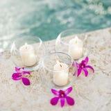 Bougies et orchidées. Photo libre de droits