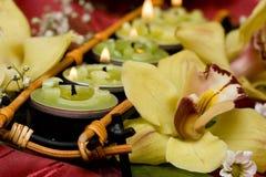 Bougies et orchidées jaunes Image stock