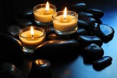 Bougies et pierres Image libre de droits