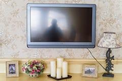 Bougies et TV non allumées décoratives dans le restaurant Photographie stock libre de droits