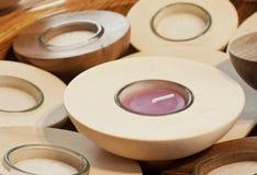 Bougies faites main à l'intérieur de bougeoir en bois Photo stock