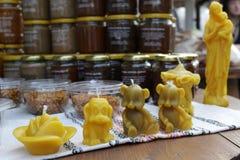Bougies faites main de cire d'abeille Chiffres de bougie de cire d'abeille Chiffres de cire Cire d'abeille naturelle images libres de droits