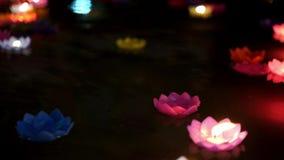 Bougies flottant sur l'eau banque de vidéos