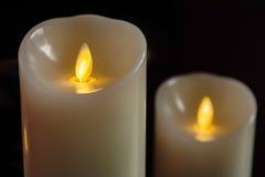 Bougies jaunes de LED dans l'obscurité Image stock