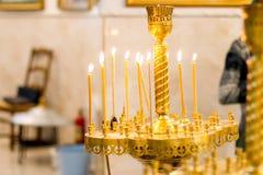 Bougies légères dans une église Images stock