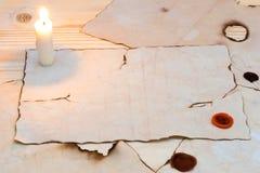 Bougies légères sur une vieille table Photos stock