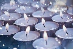 Bougies lumineuses pendant le Noël Photo stock