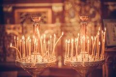 Bougies mettant le feu dans l'église Photographie stock