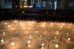 Bougies mises le feu dans une église en Sicile Photographie stock libre de droits