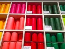 Bougies multicolores sur une boutique de cadeaux Photographie stock