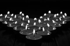 Bougies noires et blanches sous forme de coeur dessus Images stock