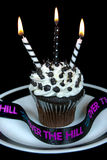 Bougies noires et blanches sur le petit gâteau Images libres de droits