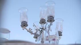 Bougies noires sur des chandeliers banque de vidéos