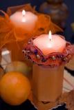Bougies oranges dans l'obscurité Photographie stock libre de droits