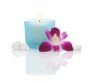 Bougies, orchidée et cailloux Images libres de droits
