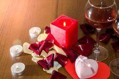 Bougies, pétales de roses rouges et vin - Photos stock
