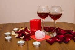 Bougies, pétales de roses rouges et vin Photo libre de droits