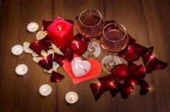 Bougies, pétales de roses rouges et vin Images libres de droits