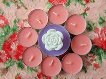 Bougies parfumées roses avec la fleur blanche au milieu image stock