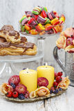 Bougies parmi des fleurs - décoration de table Photographie stock