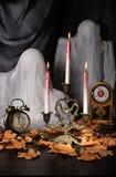 Bougies parmi les feuilles tombées Photos libres de droits