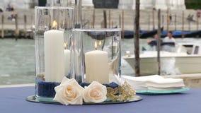 Bougies pour le dîner romantique banque de vidéos