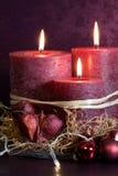 Bougies pourprées pour Noël Photographie stock libre de droits