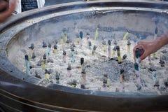 Bougies religieuses brûlantes devant le temple japonais (tombeau) à Tokyo comme symbole des traditions orientales photo libre de droits