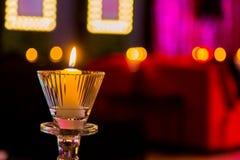 Bougies romantiques dans la pièce pourpre et rose pour le jour de valentines images stock