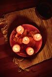 Bougies rougeoyant dans l'obscurité Images stock