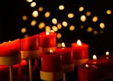 Bougies rouges avec le fond de Bokeh Image stock