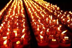 Bougies rouges brûlantes Bougies de fond clair Flamme de bougie la nuit Image stock