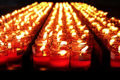 Bougies rouges brûlantes Bougies de fond clair Flamme de bougie la nuit Photos stock