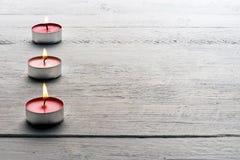 Bougies rouges brûlantes de tealight Photographie stock