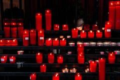 Bougies rouges d'église Photos libres de droits