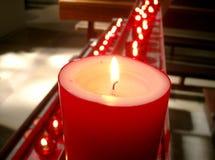 Bougies rouges dans une église Photographie stock libre de droits