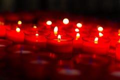 Bougies rouges de souhait d'église images stock