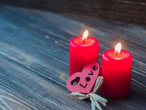 Bougies rouges de Valentine, coeur d'amour au-dessus du fond en bois foncé, l'espace pour le texte Photo stock