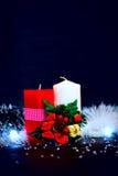 Bougies rouges et blanches avec la guirlande au fond noir images libres de droits