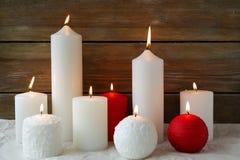 Bougies rouges et blanches de Noël image stock