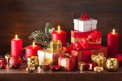 Bougies rouges et d'or de décoration de boîte-cadeau de Noël Image stock