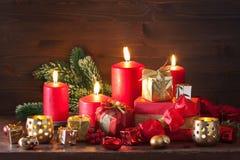 Bougies rouges et d'or de décoration de boîte-cadeau de Noël Photographie stock
