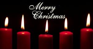 Bougies rouges et mots de Joyeux Noël sur l'obscurité clips vidéos