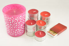 Bougies rouges et roses avec la boîte d'allumettes sur le fond blanc Photographie stock libre de droits