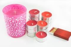 Bougies rouges et roses avec la boîte d'allumettes sur le fond blanc Photo libre de droits