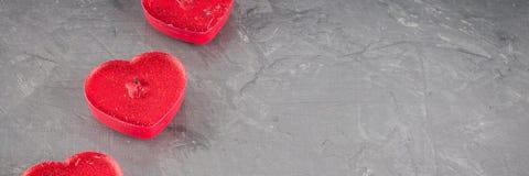 Bougies sous forme de coeur sur un fond gris photo libre de droits