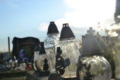 Bougies sur la tombe dans le cimetière/cimetière Tout le jour de saints/tout sanctifie/1er novembre Images libres de droits